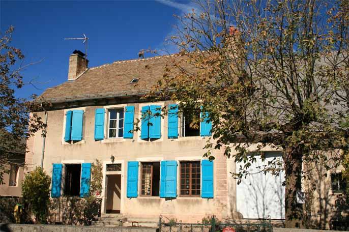 La maison aux volets bleus office de tourisme d 39 aumont for Chambre d hote aubrac
